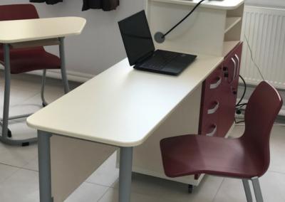 Catedra MATTE ECTA Premium este dotata cu blaturi speciale din MDF Termoformat, are un design elegant si multe spatii pentru depozitare, calculator, laptop si alte elemente necesare profesorului