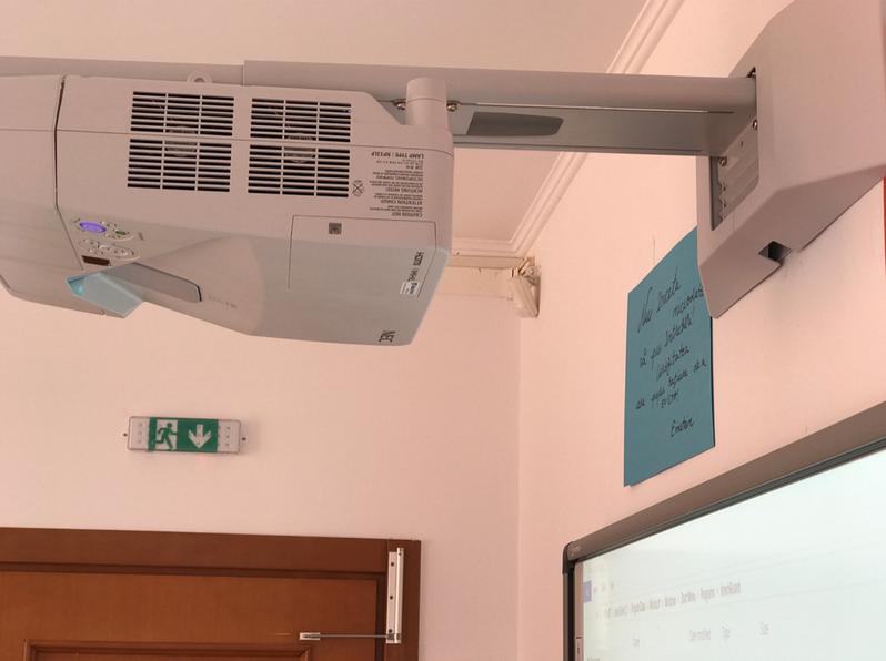 Videoproiectorul ultrascurt cu lampa NEC de la Matte's Way