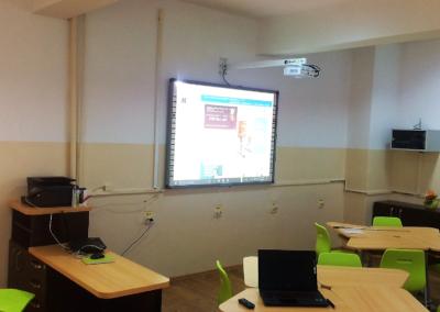 Videoproiector cu distanta scurta de proiectie de 1m pentru tabla interactiva multitouch