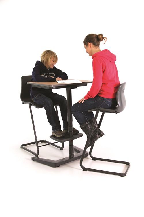Masa Opti Plus cu suport de picioare permite o asezare comoda pentru orice varsta